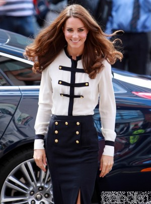 kate_middleton_navy_blue_pencil_dress_with_white_blouse_1